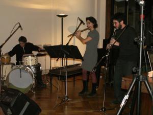Gest(u)alt Ensemblen muusikoita: Claudio Eiriz, lyömäsoittimet, Juliana Moreno, huilu sekä Javier Mariani, klarinetti