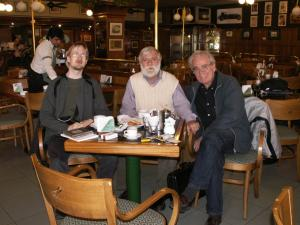 Kahvilla argentiinalaisten säveltäjien kanssa. Vas. Ari Romppanen, Carmelo Saitta sekä Julio Martín Viera